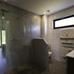 une salle de bain dans un local pro en bois signé maisons booa