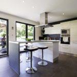cuisine ouverte dans une maison à ossature bois