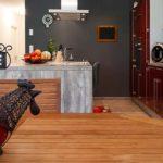 grande cuisine ouverte dans une maison en bois