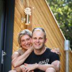 propriétaires heureux devant leur maison ossature bois